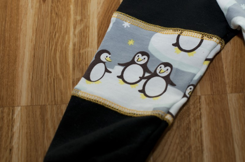 Detailbild Pinguin-Pullover aus Pinguinstoff von Stoffwelten mit Ärmelteilungen und Covernähten